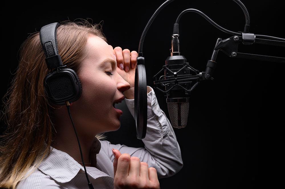 ファルセットで歌う女性
