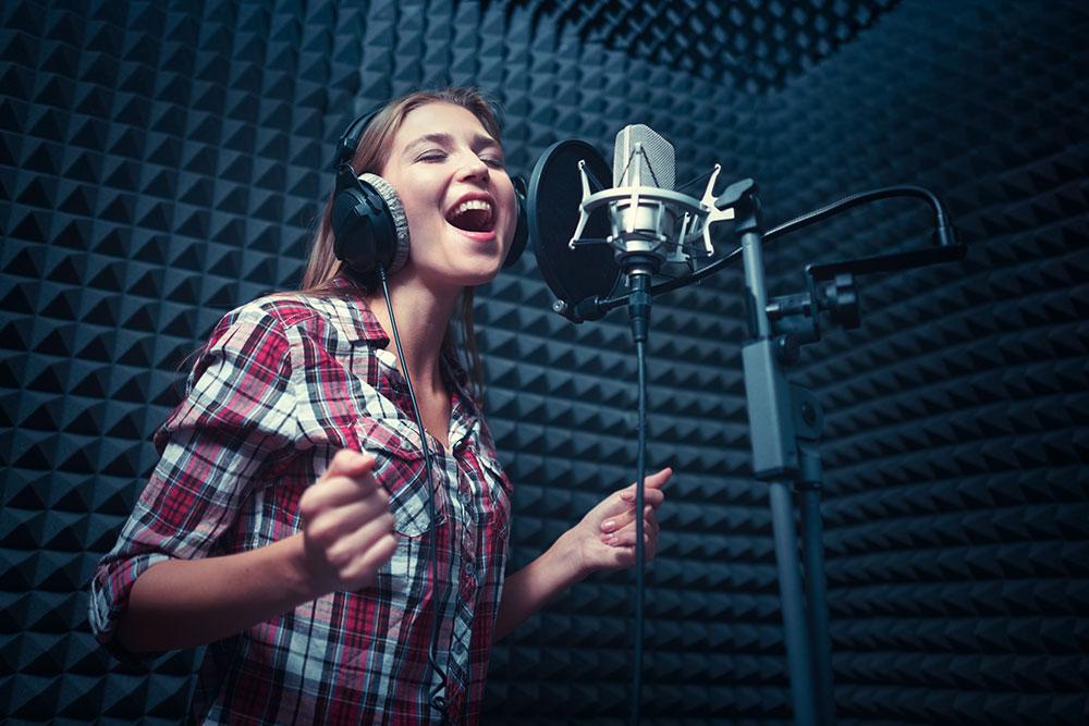 チェストボイスで歌う女性