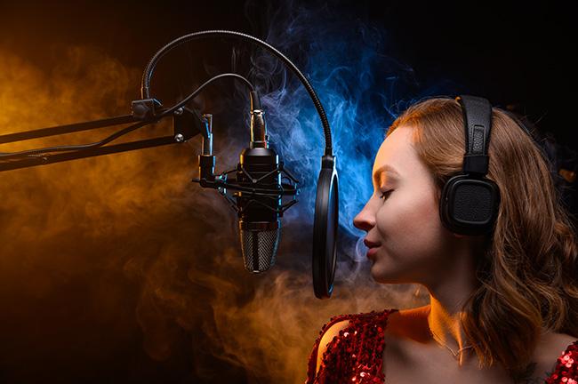ミックスボイスで歌う女性