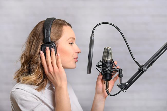 鼻腔共鳴の練習をする女性