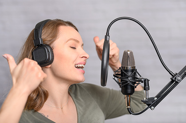 ヘッドボイスで歌う女性