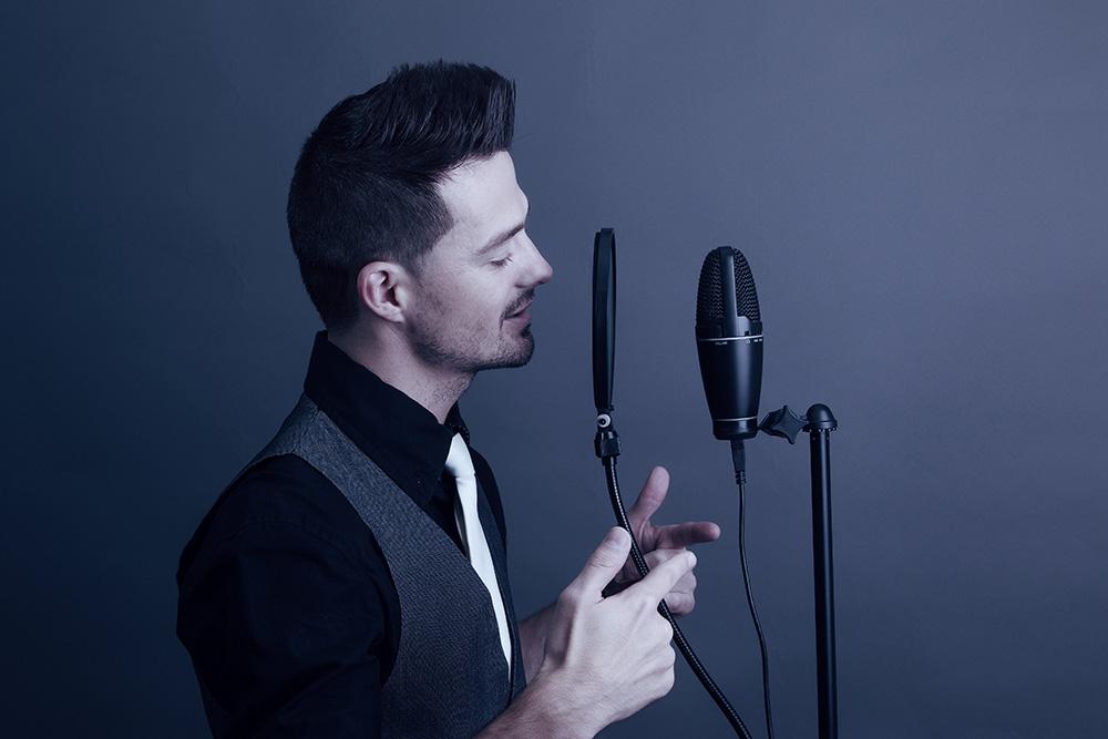 イケボで歌う男性