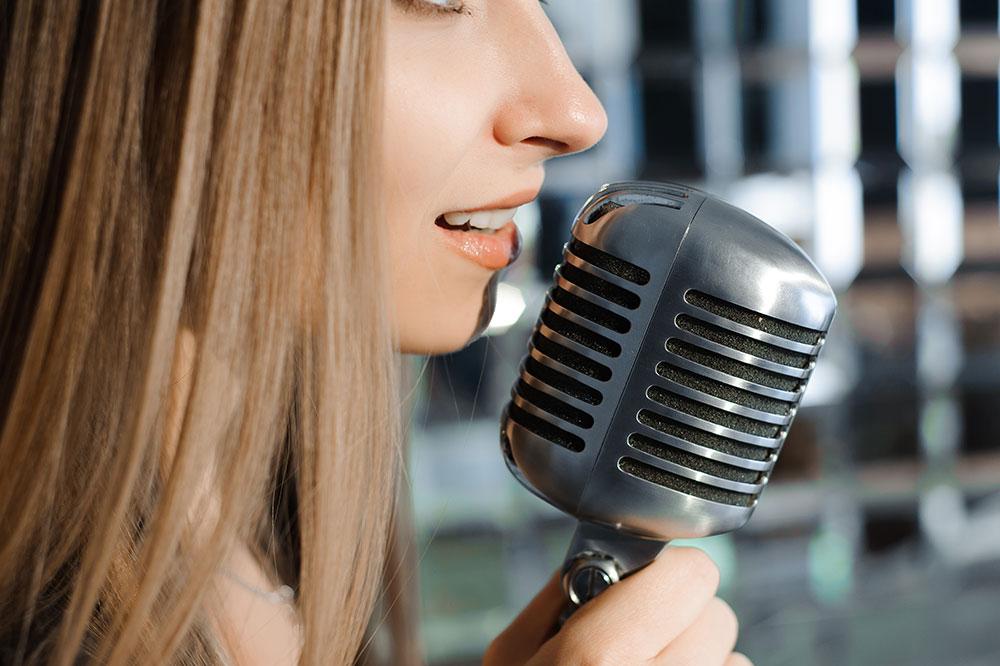 ウィスパーボイスで歌う女性