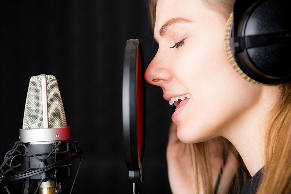 声帯閉鎖のトレーニングをする歌う女性