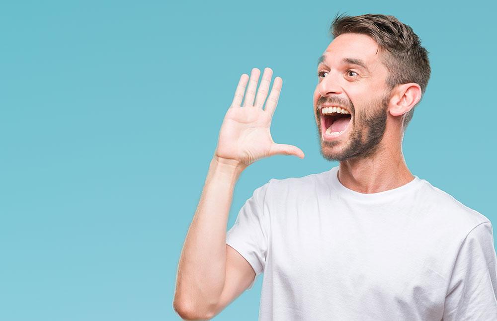口に手を添えて大きな声を出す男性