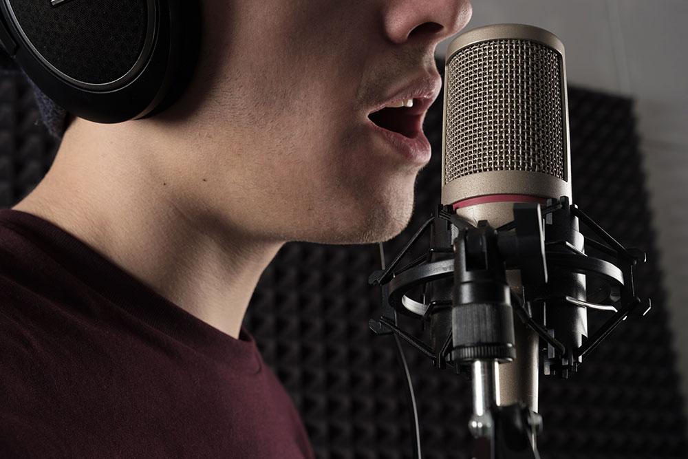 エッジボイスで歌う男性