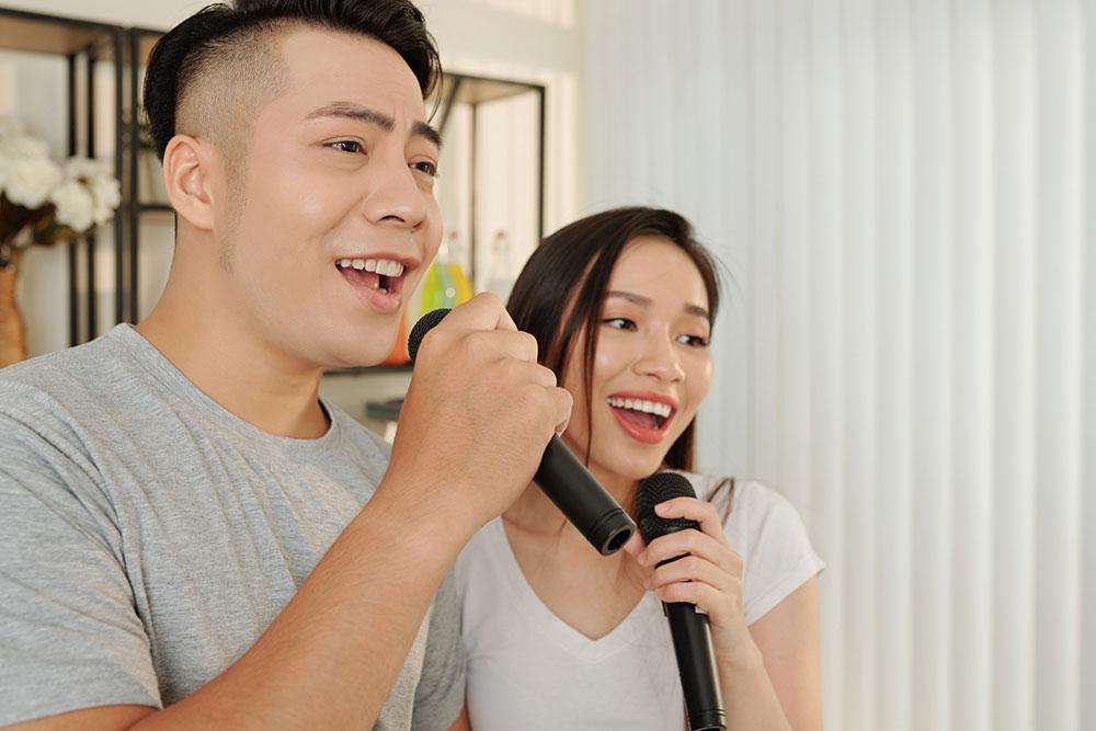 マイクのヘッドを歌う男性と女声